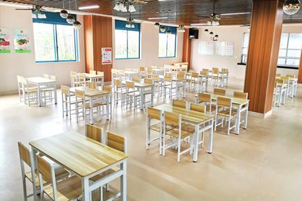 项目设施完善,配备齐全,拥有300平米的营养餐厅、休闲活动厅、书画室、舞蹈房、棋牌室、图书室、台球室、影音室、助浴中心、康复中心、屋顶花园、户外庭院、运动广场、开心农场等各类场所和活动空间一应俱全,公共活动面积达5000平米,满足长者营养膳食、休闲娱乐、文体活动等多方面的需求。